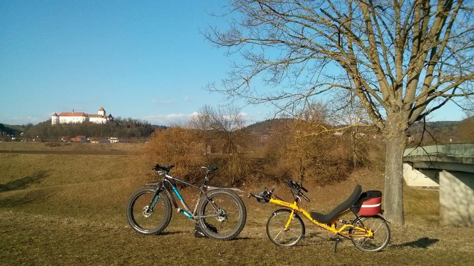Ein fettes und ein flaches Rad draußen bei Wörth an derDonau