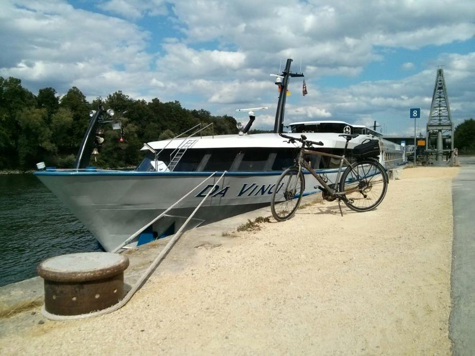Flusskreuzfahrtschiff an derDonaulände