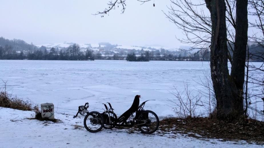Mit dem Trike auf dem knüppelhart gefrorenen Donauradweg