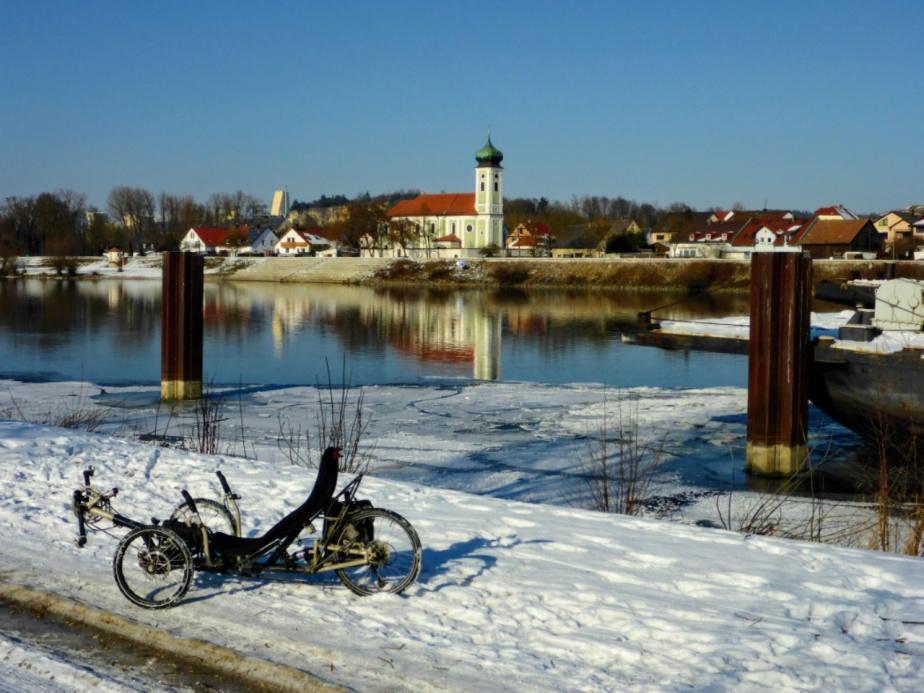 Dreirad fahren im Sonnenschein