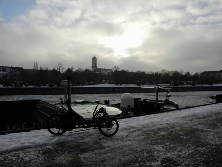 Dreirad und überall Wasser